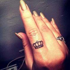 tatuaje de corona en dedos Imágenes de Tatuajes de Coronas