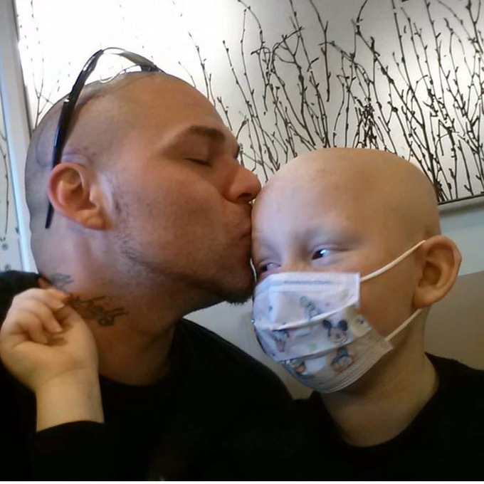 Padre se Tatúa la Cicatriz de su Pequeño Hijo con Cáncer