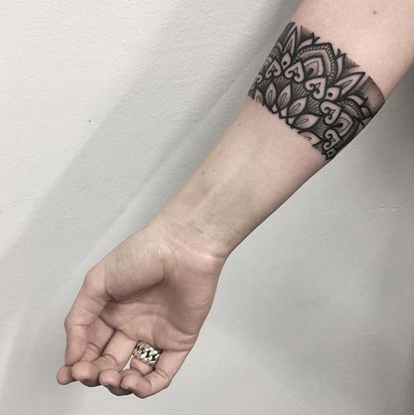 15 Tatuajes de brazalete perfectos para Mujeres